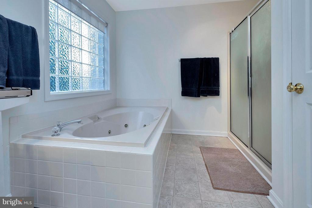 Bath (Master) - 1010 CONFEDERATE DR, LOCUST GROVE
