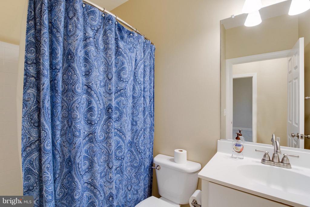 Bedroom level hall bath - 18530 BEAR CREEK TER, LEESBURG