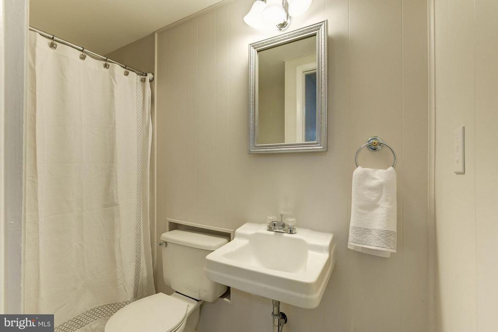Bath - 9521 4TH PL, LORTON