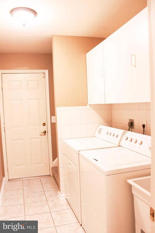 Laundry Room with Tub - 706 GOLD VALLEY RD, LOCUST GROVE