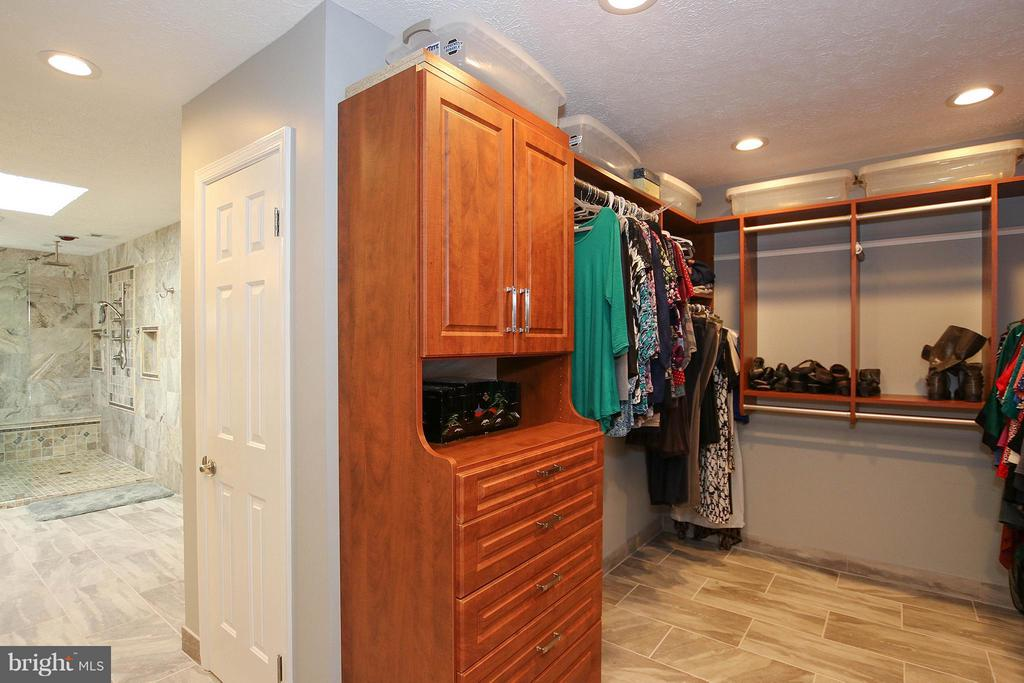 Spacious walk in closet w/ custom built ins - 17 LIPSCOMB CT, STERLING
