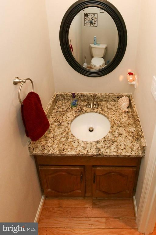 Updated powder room - 17 LIPSCOMB CT, STERLING