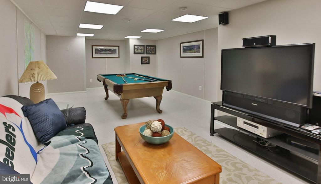 Sprawling basement features rec rm with pool table - 17 LIPSCOMB CT, STERLING
