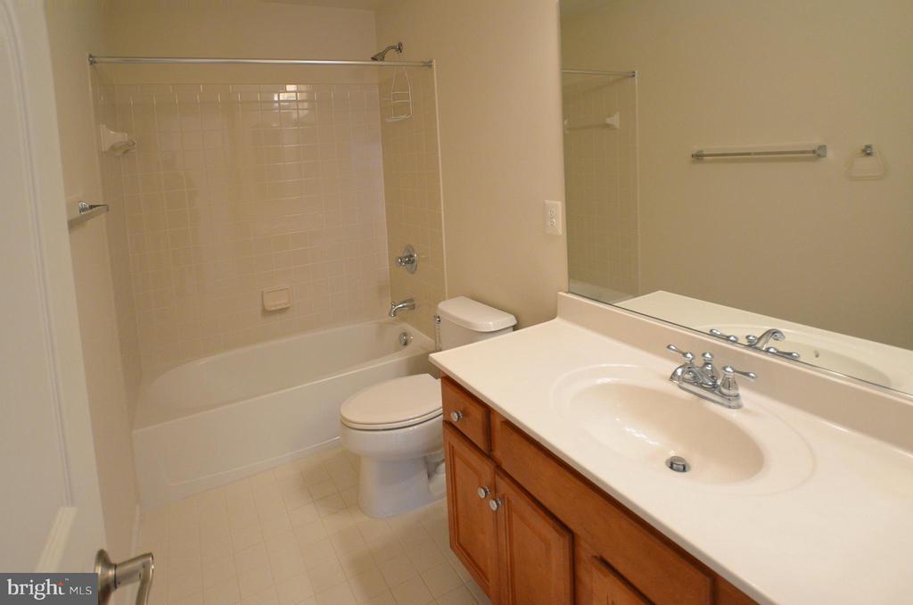 Hall Bath - 4458 BLACK IRONWOOD DR, FAIRFAX