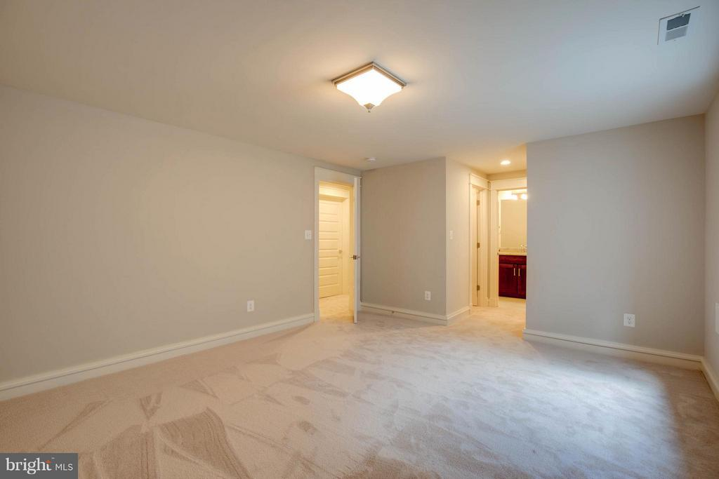 Spacious 4th Bedroom with Full Bath - 854 3RD ST, HERNDON