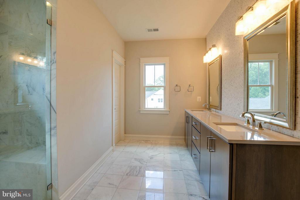 En Suite with Marble Floors - 854 3RD ST, HERNDON