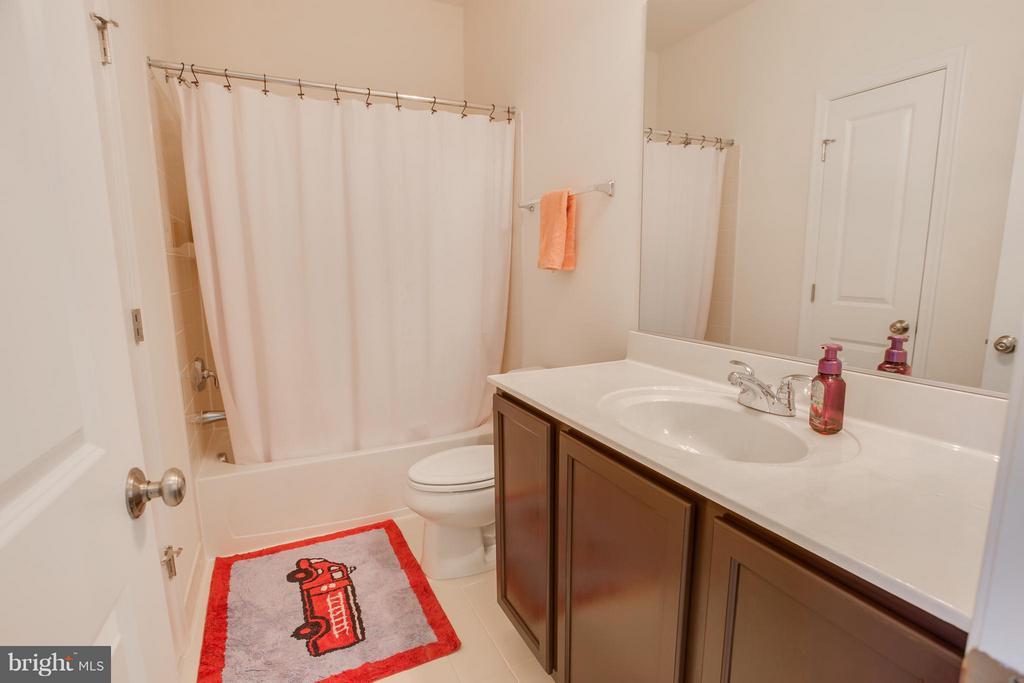 Full Bathroom - 117 ALMOND DR, STAFFORD