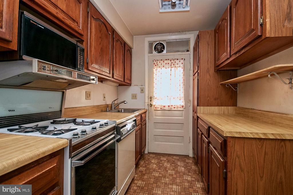 Access door to rear yard - 304 GLEBE RD S, ARLINGTON