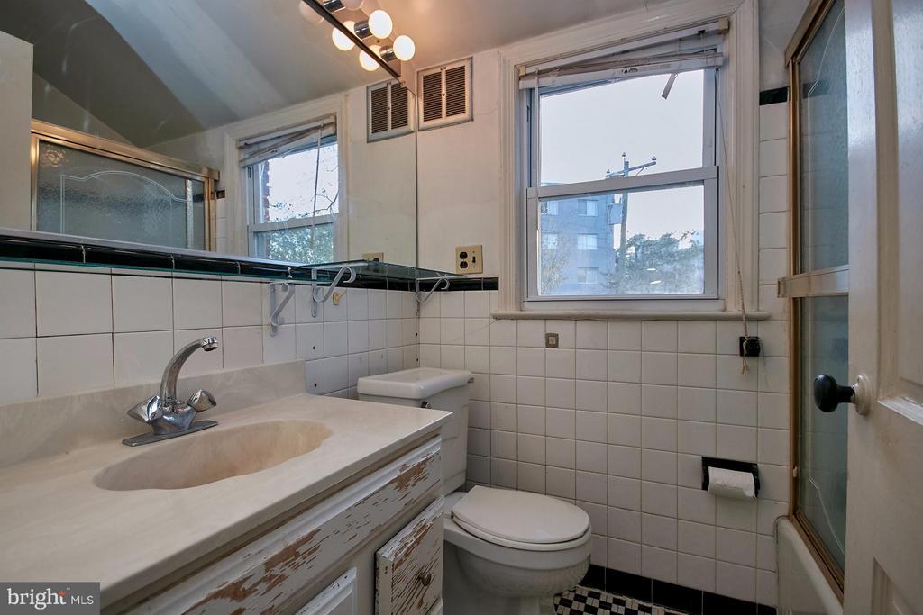 Upper level bath - 304 GLEBE RD S, ARLINGTON