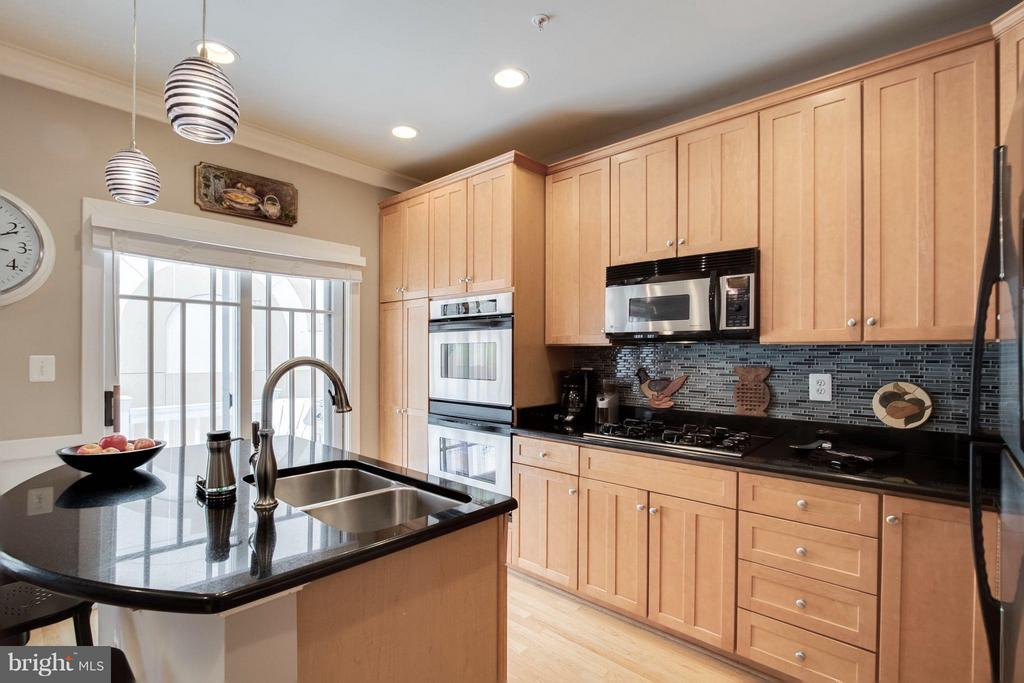 Shaker Style Maple Cabinetry w/Upgraded Pendants - 2743 11TH ST N, ARLINGTON