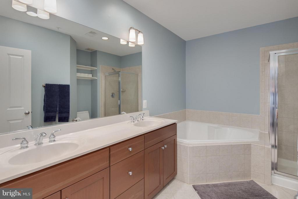 Dual Sink Vanity, Soaking Tub and Separate Shower - 2743 11TH ST N, ARLINGTON