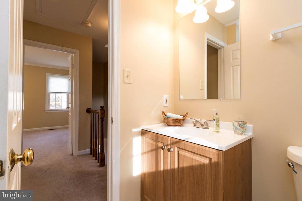 Full bath upstairs - 15261 HYACINTH PL, DUMFRIES