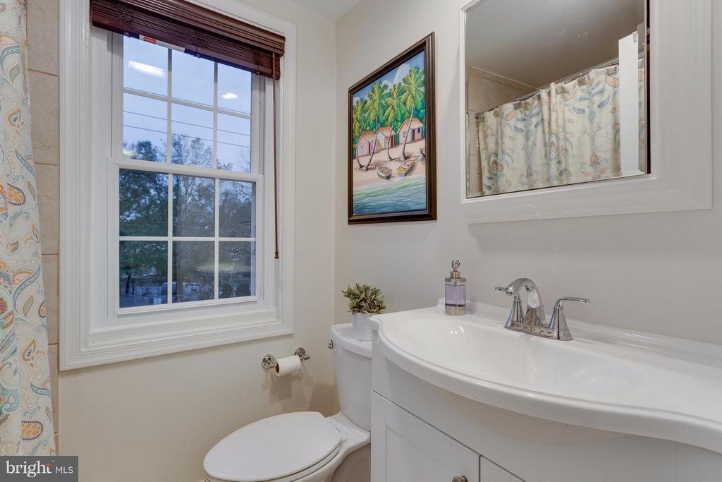 Renovated full bath on upper level - 2961 SYCAMORE ST, ALEXANDRIA