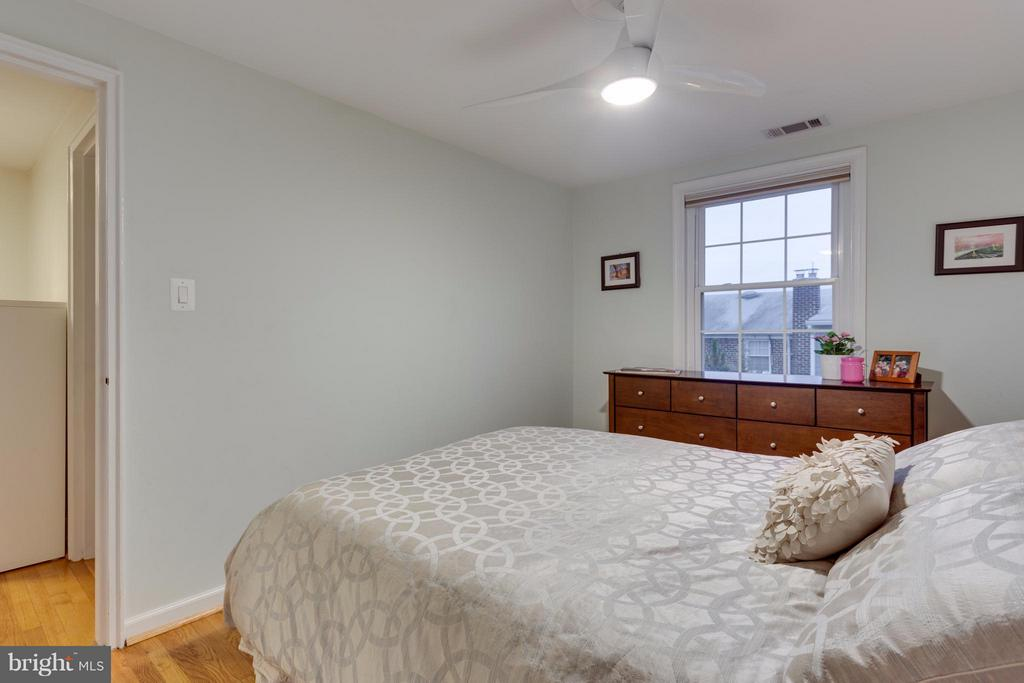 Master bedroom with wood floors and ceiling fan - 2961 SYCAMORE ST, ALEXANDRIA