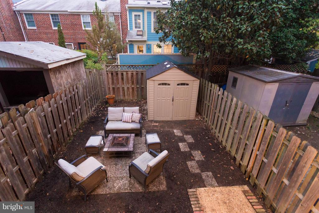 Fully fenced backyard with storage shed - 2961 SYCAMORE ST, ALEXANDRIA
