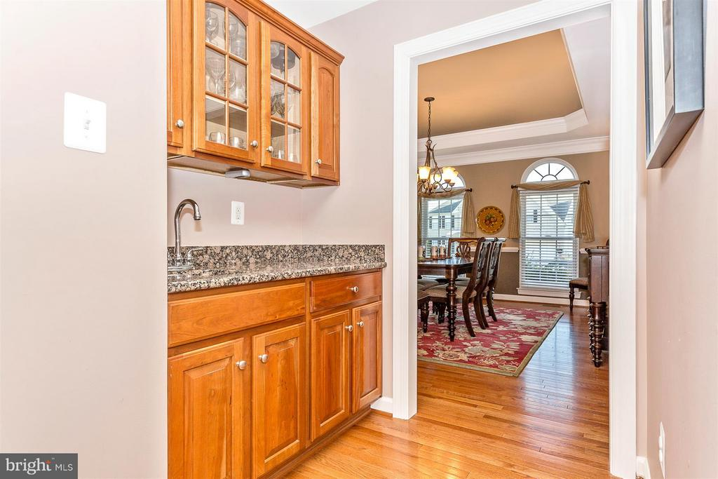 Butlers pantry. - 10411 WHITEROSE DR, NEW MARKET