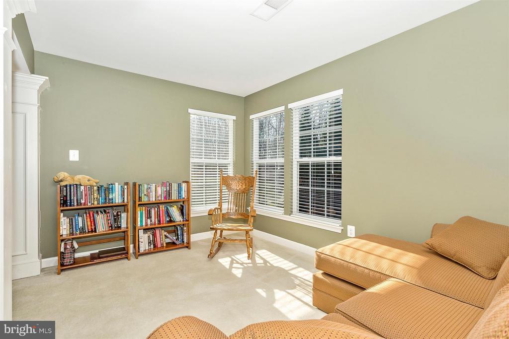 Sitting area. - 10411 WHITEROSE DR, NEW MARKET
