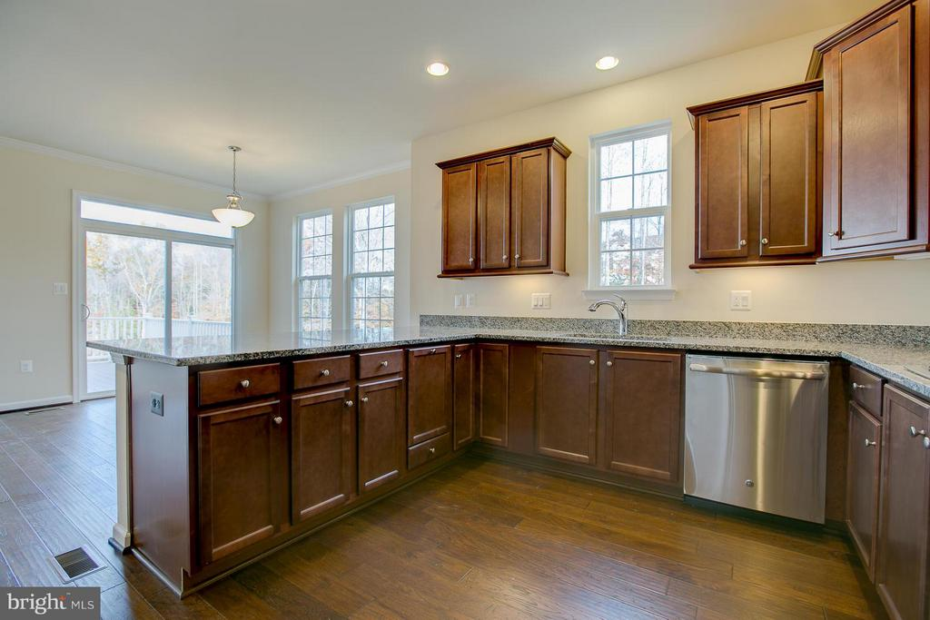 Bright And Open Kitchen - 312 PEAR BLOSSOM RD, STAFFORD