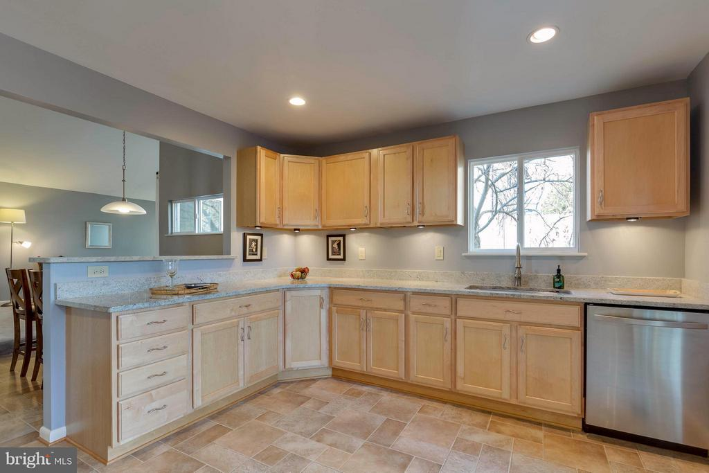granite counter tops with newer cabinets - 106 VICTORIA PL, STERLING