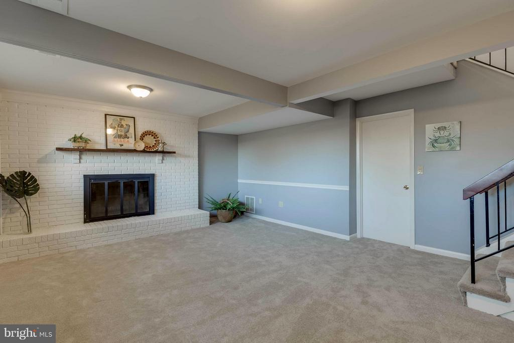 Family Room with a wood burning fireplace - 106 VICTORIA PL, STERLING