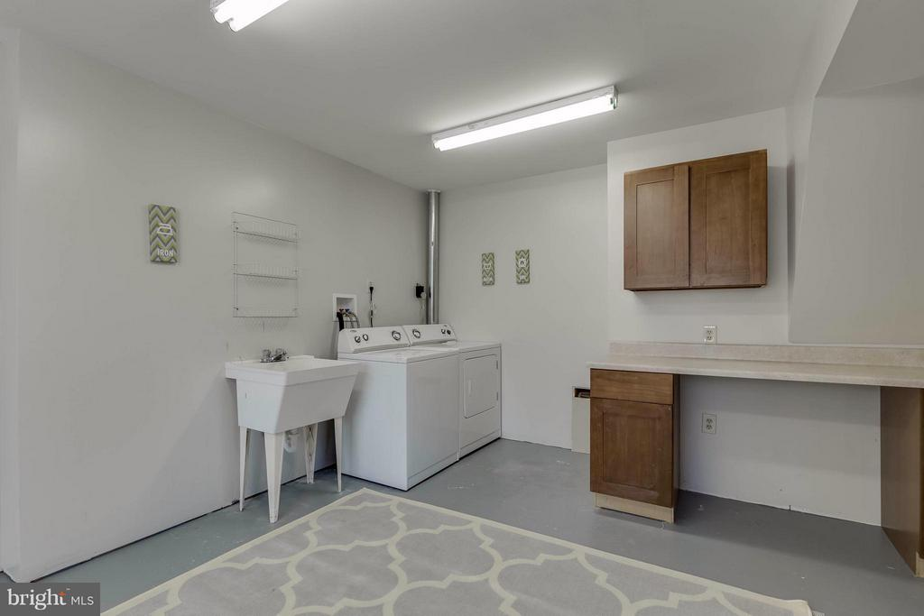 large  laundry room with counters and  sink - 106 VICTORIA PL, STERLING