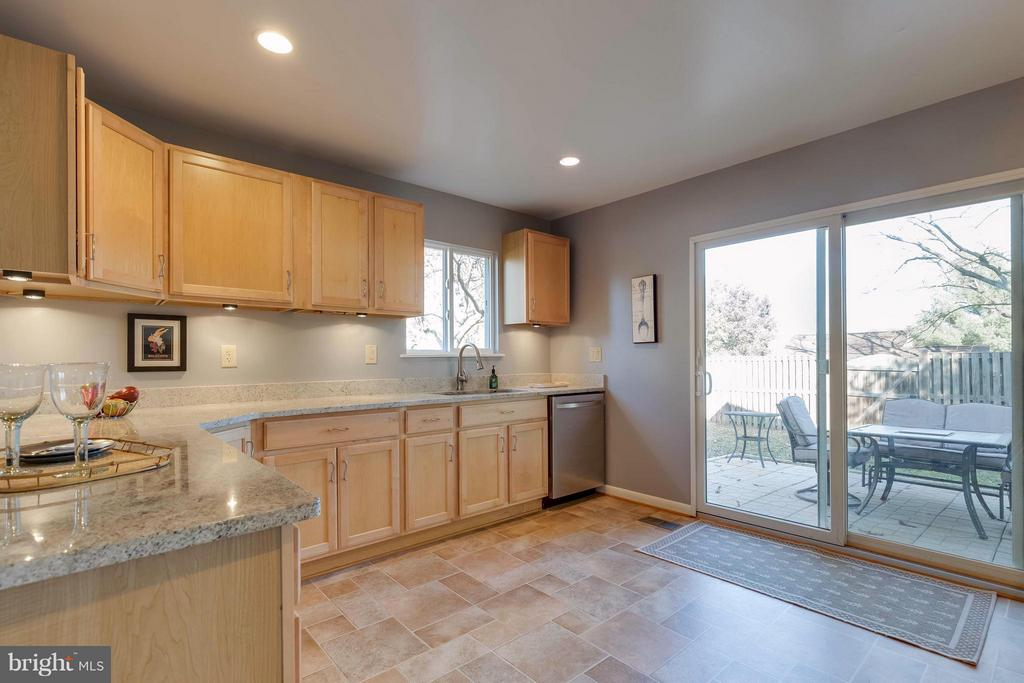 beautifully updated kitchen - 106 VICTORIA PL, STERLING