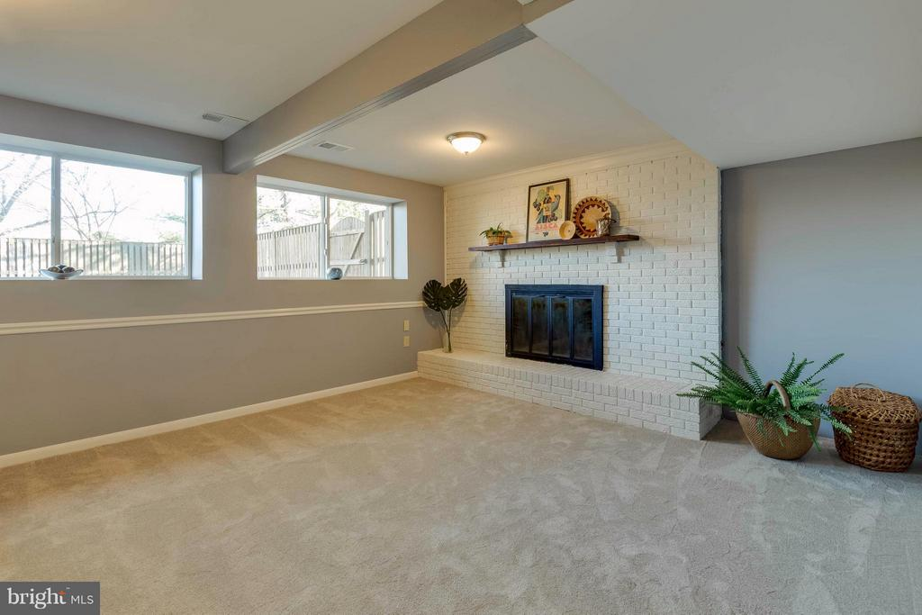 a few steps down to a large family room - 106 VICTORIA PL, STERLING