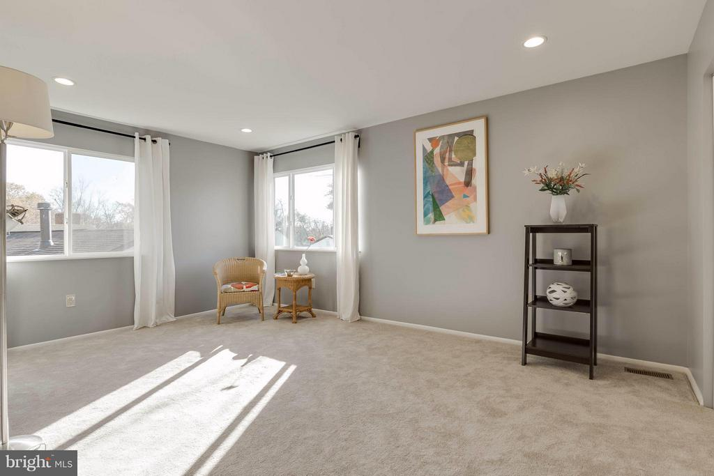 Large master bedroom with lots of natural light - 106 VICTORIA PL, STERLING