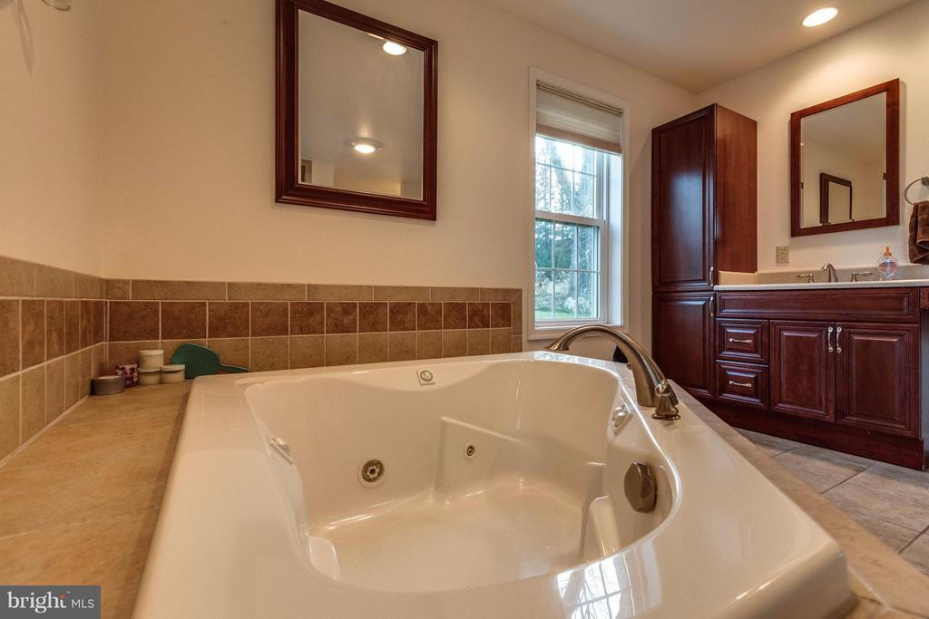 Bath - 25453 HIGHFIELD RD, CASCADE