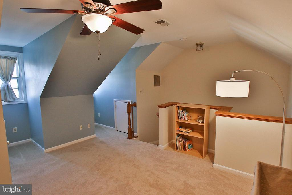 Charming loft space could be possible 3rd bdrm, - 44025 ABERDEEN TER, ASHBURN
