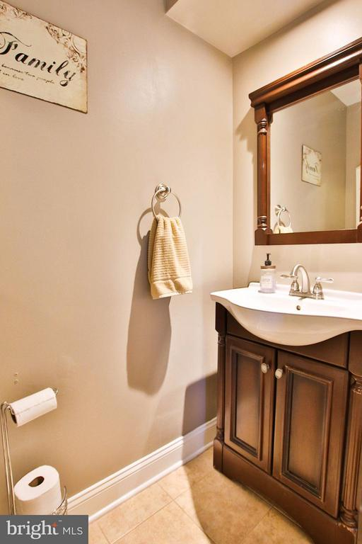 Updated main level powder room. - 44025 ABERDEEN TER, ASHBURN