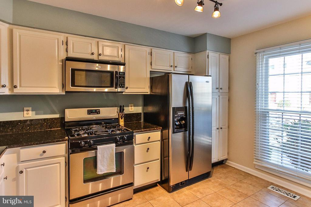 Well - equipped kitchen boasts like new SS appls. - 44025 ABERDEEN TER, ASHBURN