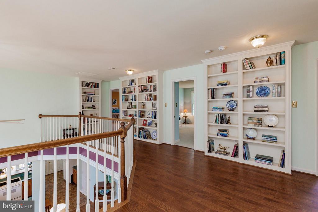 Built in bookcases - 2595 BEAR DEN RD, FREDERICK