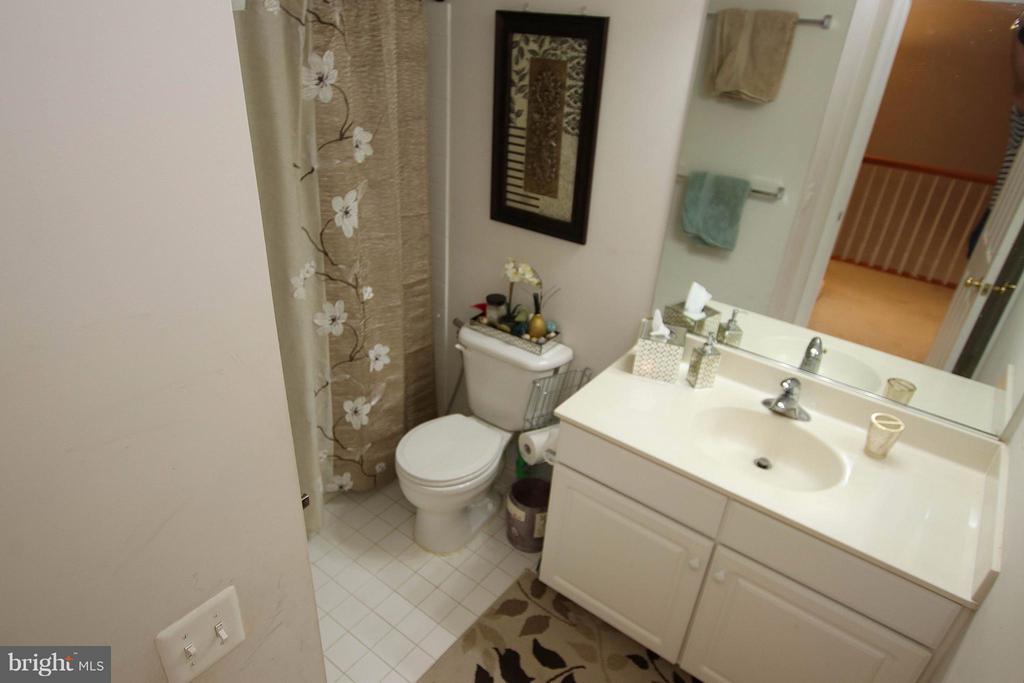 Hall bath - 2464 TERRA COTTA CIR, HERNDON