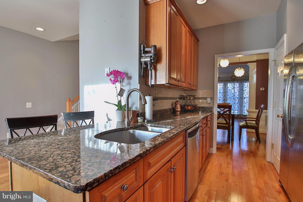 Well equipped kitchen with convenient brkfst bar - 2464 TERRA COTTA CIR, HERNDON