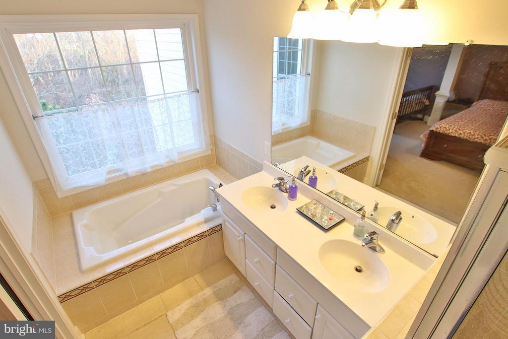 Luxurious master bath boast deep soaking tub - 2464 TERRA COTTA CIR, HERNDON