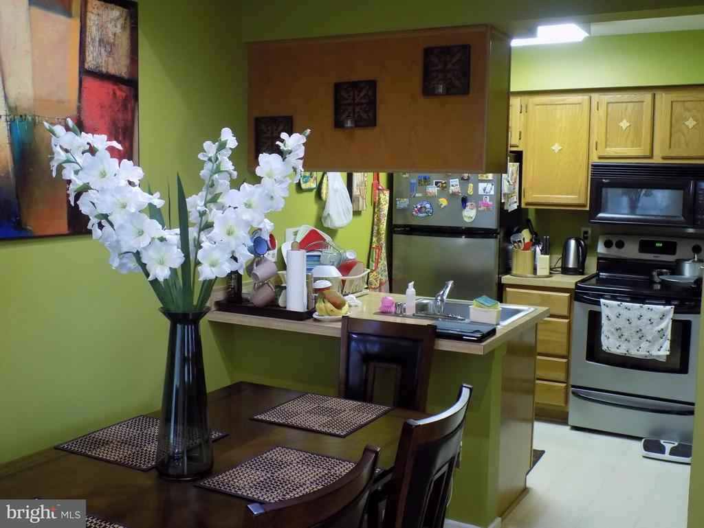Have a seat and join a friend for dinner! - 18432 BISHOPSTONE CT #306, GAITHERSBURG