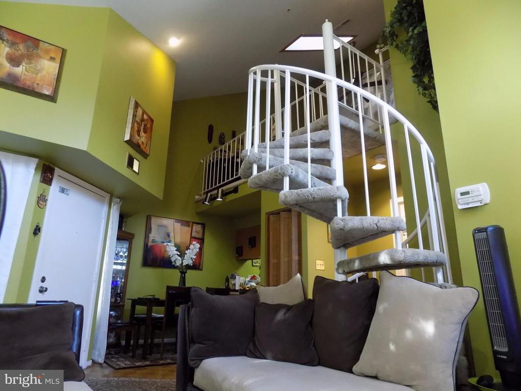 Head on up to an AWESOME loft room. - 18432 BISHOPSTONE CT #306, GAITHERSBURG