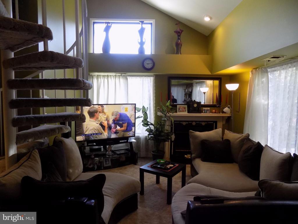Step inside to to this COZY Loft Home. - 18432 BISHOPSTONE CT #306, GAITHERSBURG