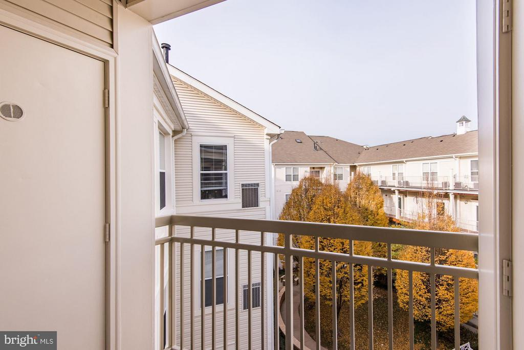 Balcony overlooking courtyard - 2765 CENTERBORO DR #466, VIENNA