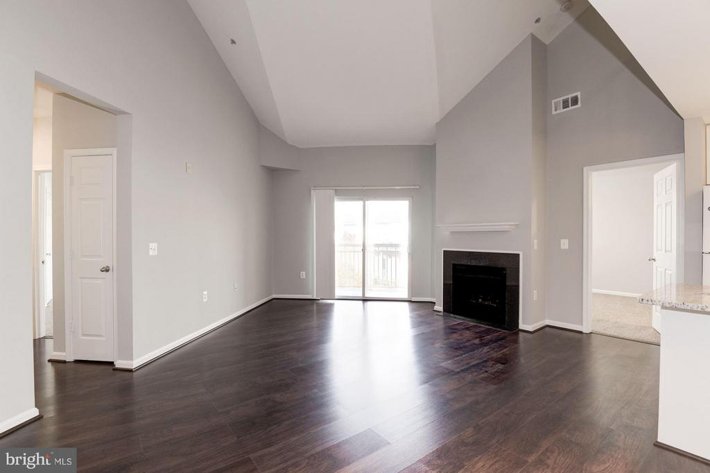 Living room w/ brand new hardwood floors - 2765 CENTERBORO DR #466, VIENNA
