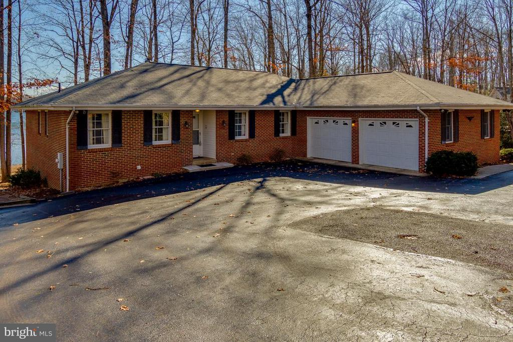 Ample Parking & Side Load Garage - 221 WAKEFIELD DR, LOCUST GROVE