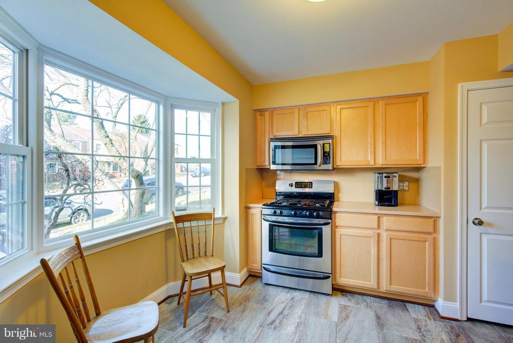 New Stainless Appliances & Silt stone counters - 236 NOTTOWAY ST SE, LEESBURG