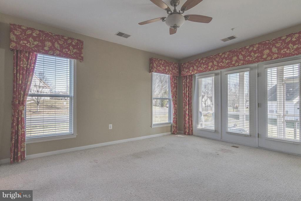 Family Room w/ample windows and natural lighting - 1 ASPEN HILL DR #50, FREDERICKSBURG