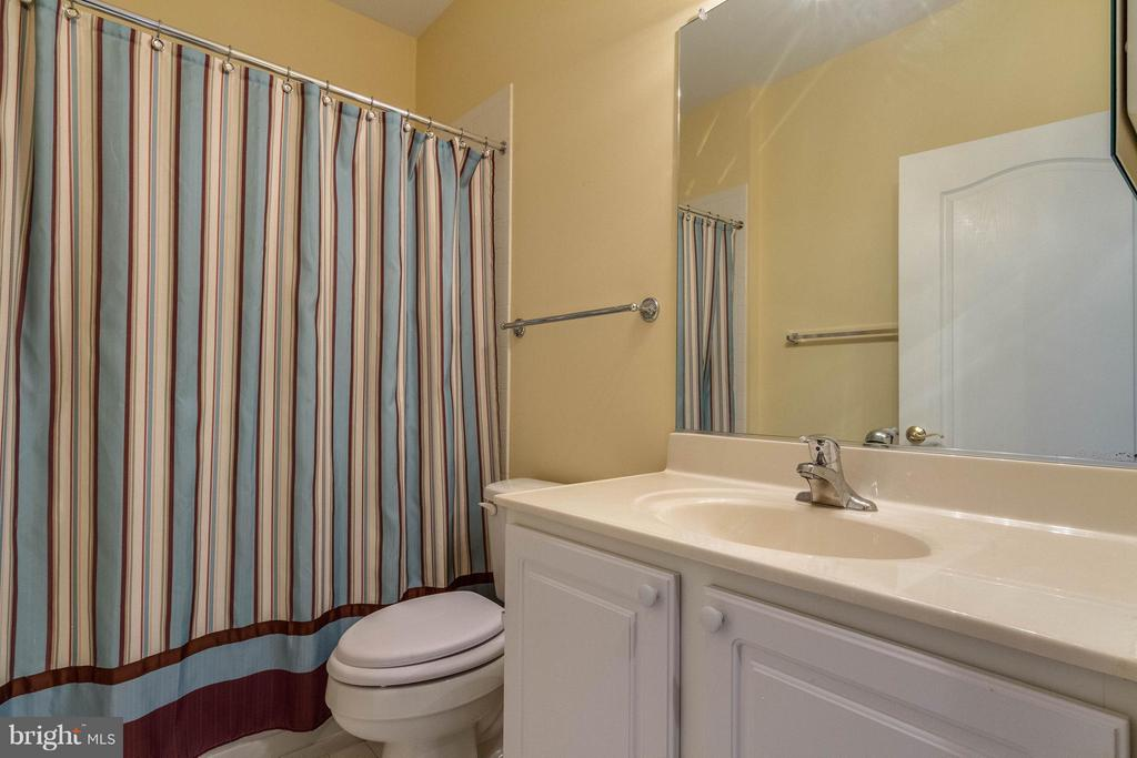 Full bath located next to 2nd bedroom - 1 ASPEN HILL DR #50, FREDERICKSBURG