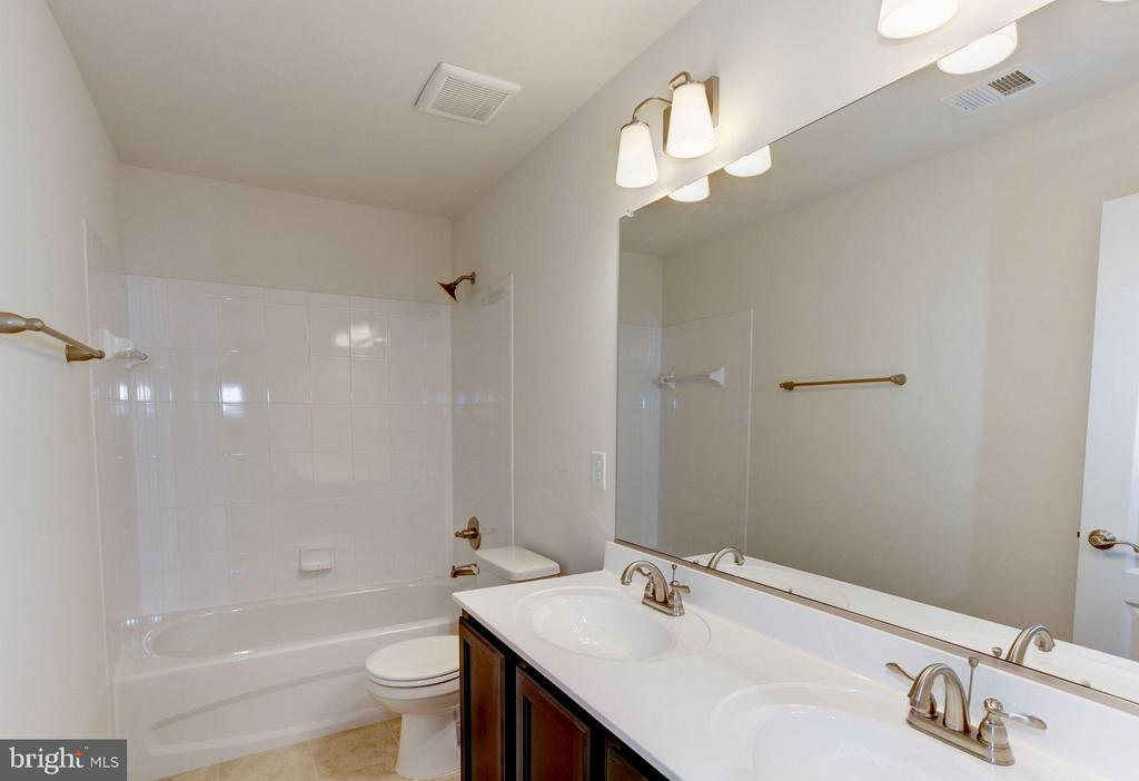 Upper level full bathroom - 379 MOUNT HOPE CHURCH RD, STAFFORD