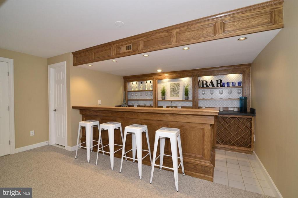 Full Bar w mini fridge and sink - 20644 CUTWATER PL, STERLING