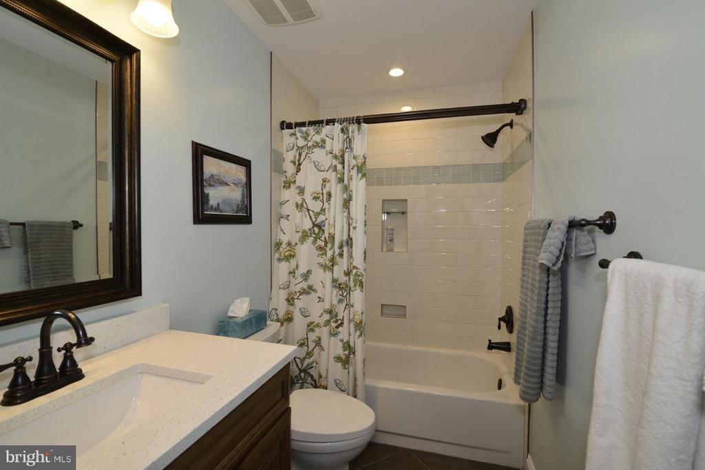 Bath - 20644 CUTWATER PL, STERLING