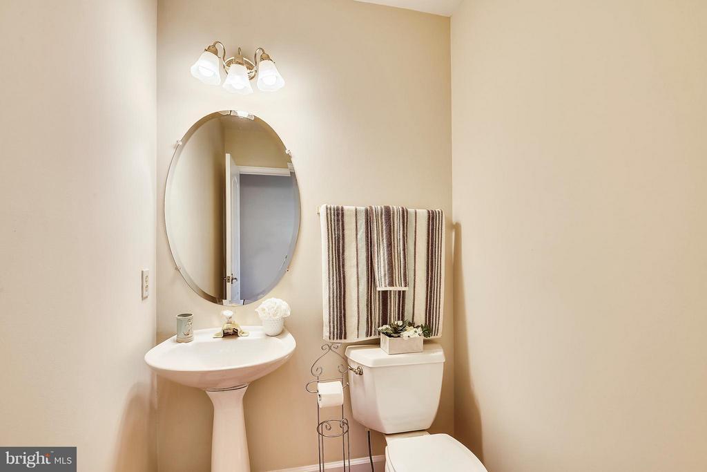 Main Level half bath - 22520 SWEETLEAF LN, GAITHERSBURG