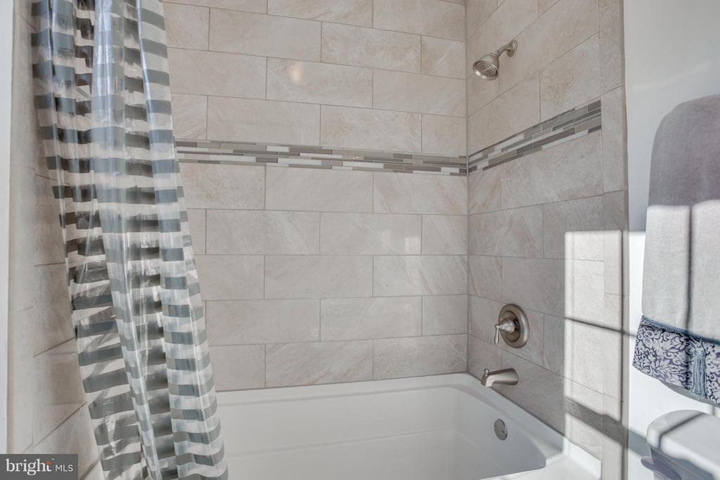 Brushed Nickel Fixtures and Upgraded Ceramic Tile - 257 WHITSONS RUN, STAFFORD